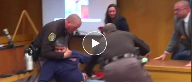 Il padre delle ragazze abusate si lancia contro il medico pedofilo (video)