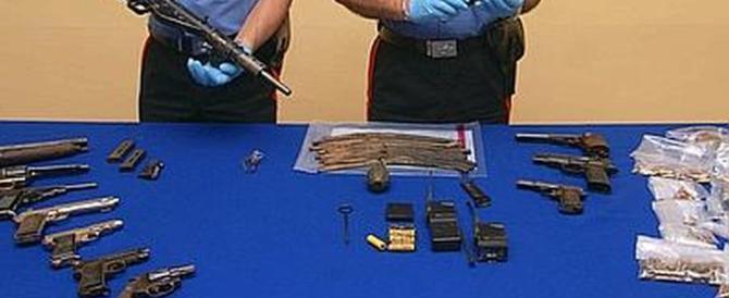 Arco e frecce contro una coppia di poliziotti: in casa pistole, spade e pugnali
