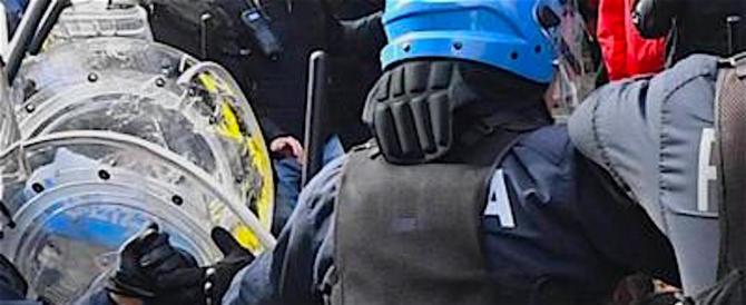 A Bologna violenze antifasciste, diversi feriti: e la sinistra li difende (video)