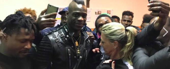 """La nuova vita di Balotelli. Da """"bad boy"""" a testimonial dei migranti (video)"""