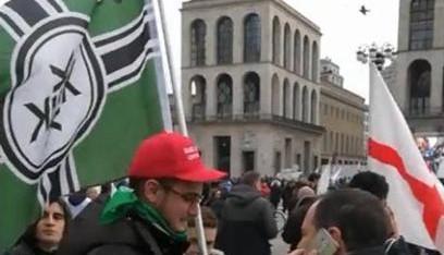 """Non sanno più che inventarsi: spunta una bandiera """"nazista"""" al comizio di Salvini"""
