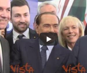 """Berlusconi """"molestato"""" durante la foto di gruppo: «Chi mi tocca il c…?» (video)"""