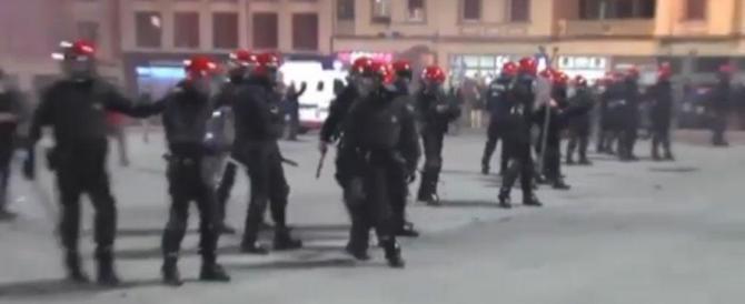Violenti scontri a Bilbao tra tifosi russi e baschi. Muore un agente (video)