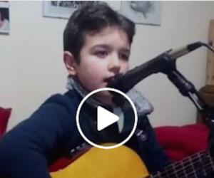 Ecco il bimbo che ha incantato Ermal Meta: si chiama Giuseppe e ha 8 anni (video)