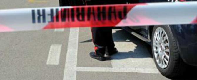 Carabiniere spara alla moglie e si barrica in casa con le figlie in ostaggio