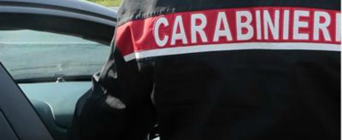 Ubriaco e drogato aggredisce i carabinieri e afferra il maresciallo per il collo