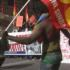 Migranti violenti arruolati da Cobas e centri sociali: ecco chi c'era al corteo