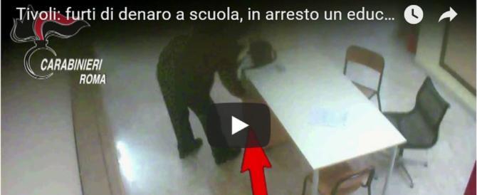 Educatore rubava soldi agli insegnanti e agli studenti: beccato (video)