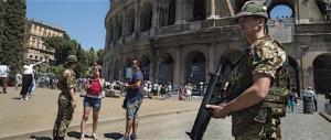 Senegalese scatenato sotto al Colosseo: botte da orbi, rapina e fuga tra la folla