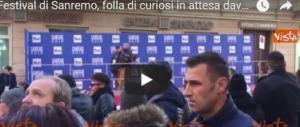 Festival di Sanremo, folla di curiosi in attesa degli artisti al Teatro Ariston (video)