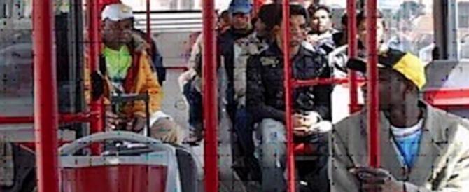 Italia in ostaggio, bus gratis agli immigrati per evitare reazioni violente…