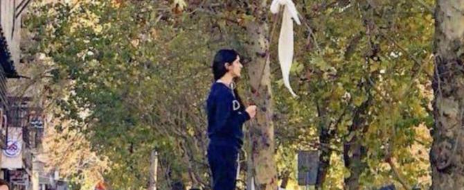 La rivolta anti-velo fa paura all'Iran: la polizia annuncia «severità» per le ribelli
