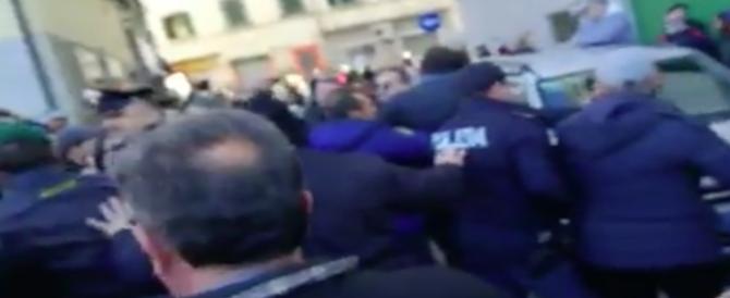 """Livorno, aggredita Giorgia Meloni: """"Anime belle della sinistra dove siete?"""" (video)"""