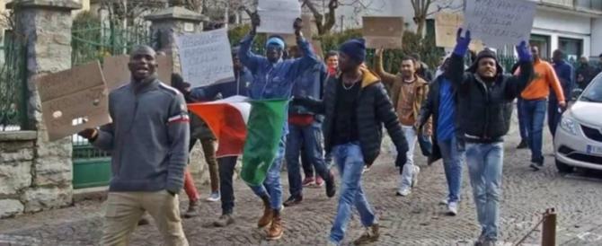 I migranti protestano e il sindaco li premia. La Lega: «Pericoloso precedente» (video)