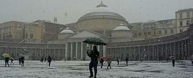Dopo 62 anni arriva la neve a Napoli: immagini e video invadono il web