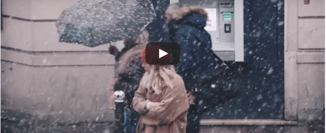 Parigi sotto la neve: chiude la Torre Eiffel, ma è fenomeno social (video)