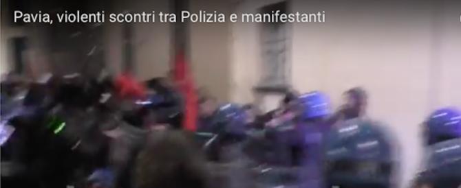 «Fascisti ritornate nelle Foibe». A Pavia assaltano la fiaccolata (video)