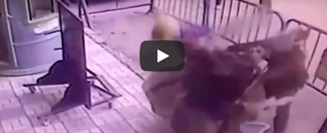 Poliziotto eroe afferra al volo un bambino caduto dal terzo piano: salvo (video)