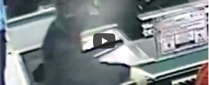 Incastrato dalle telecamere il rapinatore dei supermercati col casco (video)