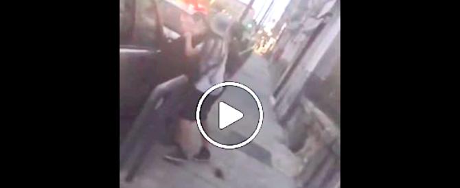Napoli, rissa in strada tra donne: ragazzina massacrata di botte (video)