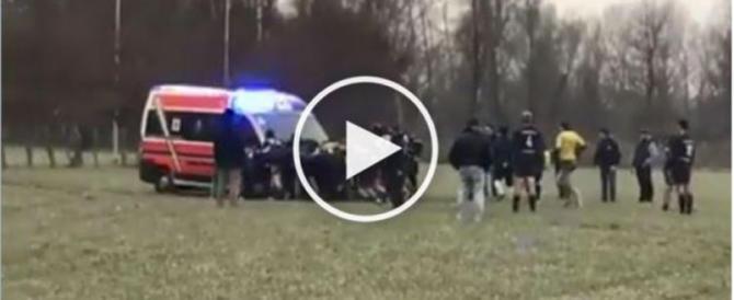 Il cuore (e i muscoli) dei rugbisti che liberano l'ambulanza dal fango (video)