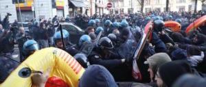 Milano, i centri sociali ci riprovano. Ma stavolta ricevono solo manganellate (video)