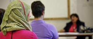 La figlia non mette il velo, i genitori musulmani le vietano di andare a scuola