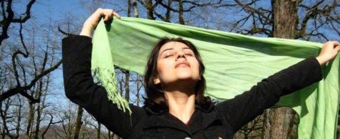 Iran, si toglie l'hijab per protesta. Un uomo la butta per terra (video)