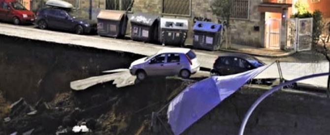 Roma, enorme voragine alla Balduina, le auto inghiottite precipitano (video)