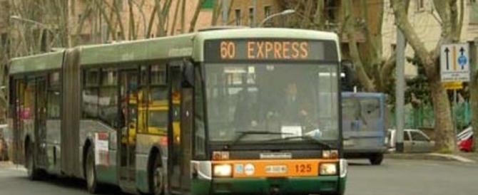 Si denuda sul bus e molesta una ragazza. È già a piede libero tunisino di 55 anni