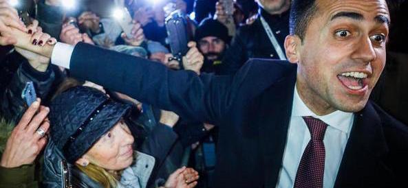 Di Maio imita Berlusconi e sale sul predellino a Pomigliano (video)