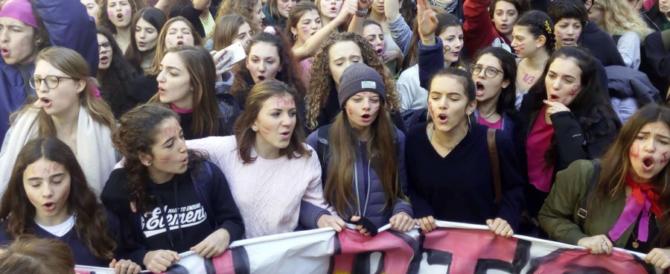 Milano, al corteo femminista uova contro banche e negozi di pellicce