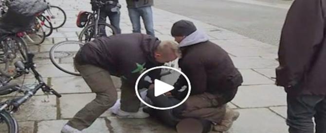 "Paura per la Merkel. Un uomo si avvicina al grido di ""Allah Akbar"" (video)"