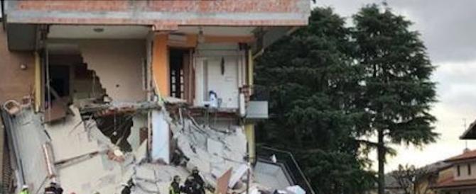 Crollo di una palazzina nel Milanese. Sono tutti vivi e in salvo i 27 abitanti