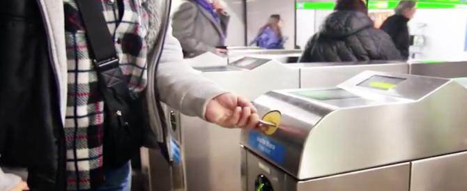 Milano, romeno scavalca i tornelli della metro e minaccia con le forbici il vigilante