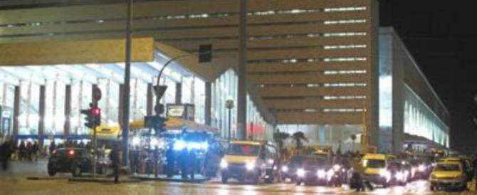 Stazione Termini, scende dal bus: accerchiato e rapinato da 5 stranieri