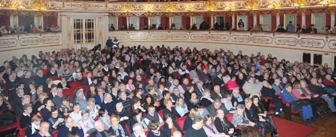 Bestemmie alla Madonna sul palco: fischi e polemiche a teatro