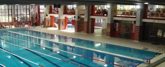 Tragedia nel nuoto: ragazzo di 17 anni muore in piscina mentre si allena