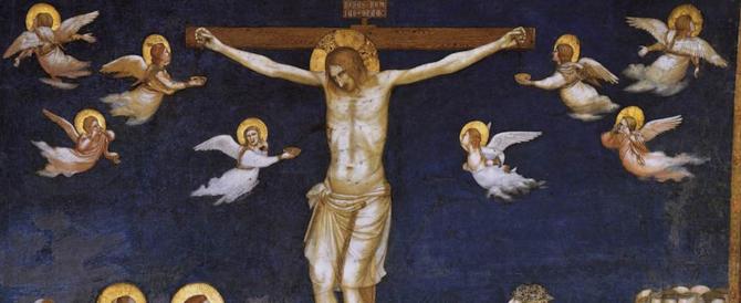 Prete si fa crocifiggere durante la Via Crucis: «L'ho fatto per i migranti»