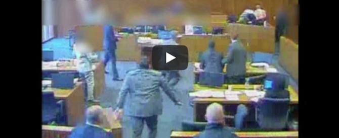 Aggredisce un testimone in aula e viene freddato dai poliziotti (video)