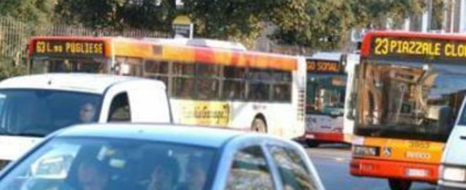 Roma, ancora violenza sugli autobus: controllori aggrediti da un romeno