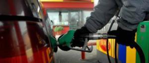Benzinaio dimentica il distributore aperto: in 80 fanno il pieno a sbafo