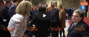 """Berlusconi """"caccia"""" via i grillini. Standing ovation dei suoi parlamentari (video)"""
