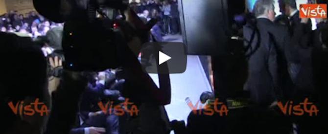 """Berlusconi arriva alla convention del centrodestra, scatta il coro: """"Silvio, Silvio"""" (video)"""