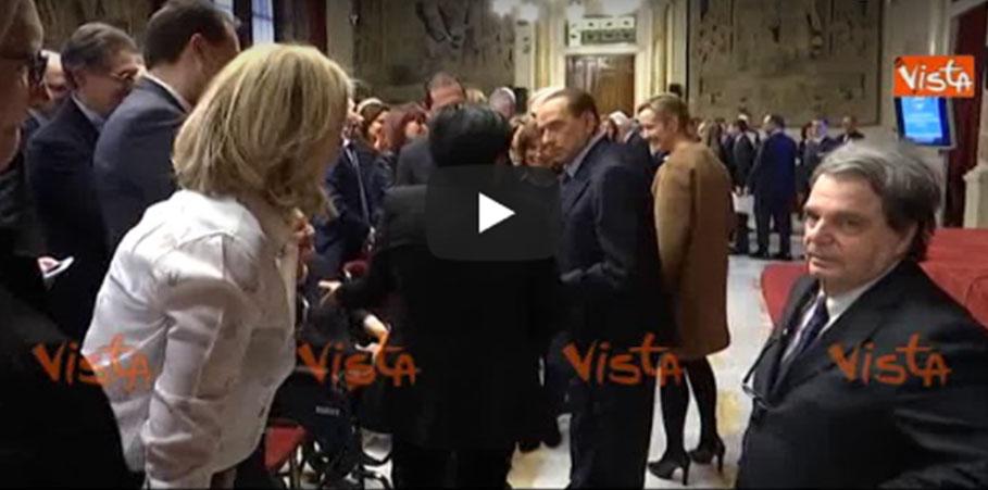 Berlusconi caccia via i grillini standing ovation dei for Numero parlamentari italia