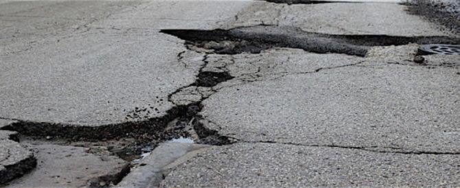 Il Codacons denuncia: il 93 % delle strade romane ha almeno una buca