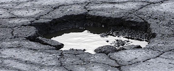 Tre giorni di pioggia a Roma e si aprono buche pericolosissime (video)