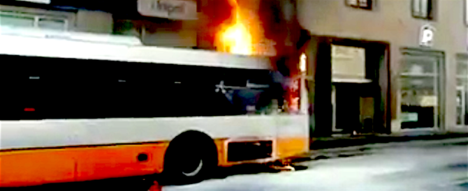 Bus in fiamme nel centro di Genova: panico ma nessun ferito (video)