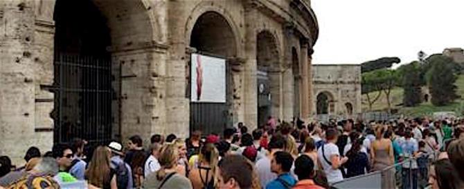 Roma, senegalese scippa due turisti francesi al Colosseo in pieno giorno