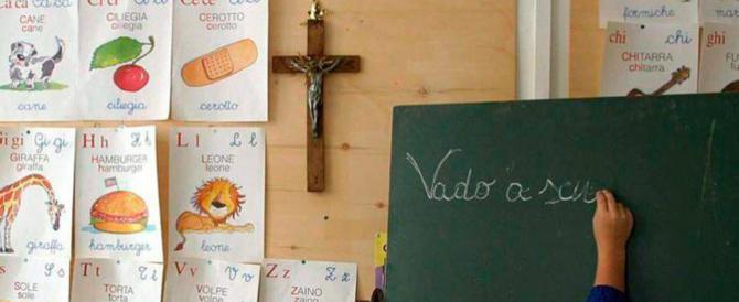"""Mancano i crocifissi, il sindaco decide di regalarli: """"A scuola ci devono stare"""""""